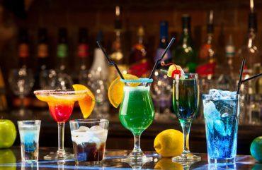 Bebidas que não prejudicam – tanto – sua pele.