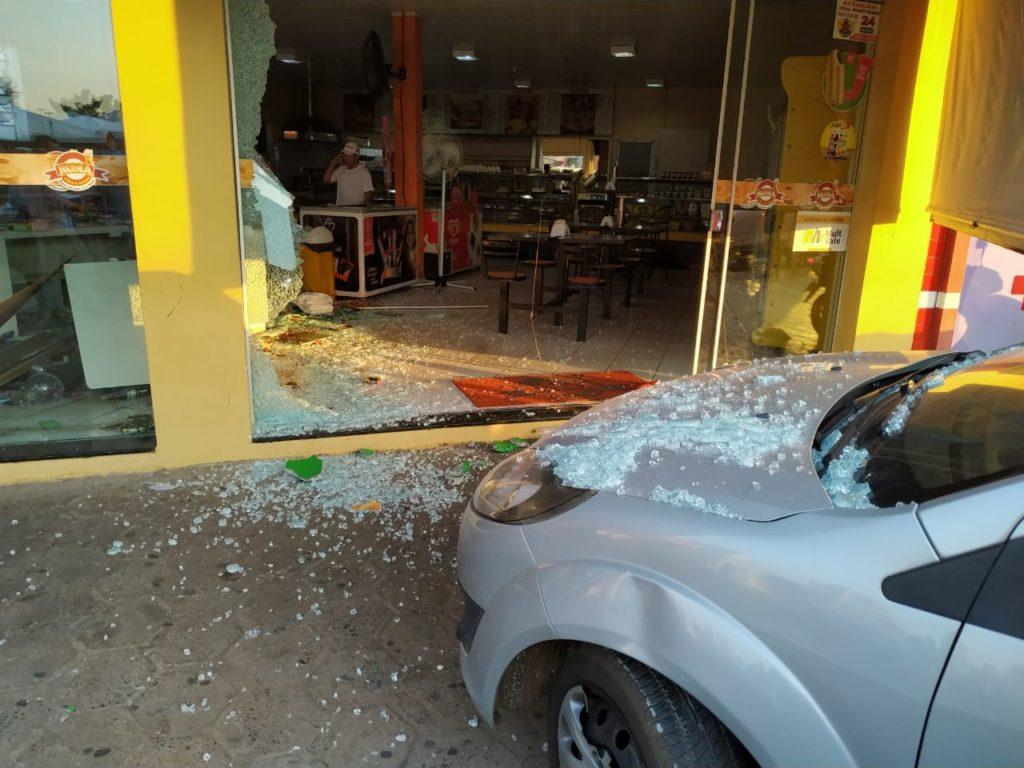 Idosa desvia de moto e quebra vidraça de padaria 2