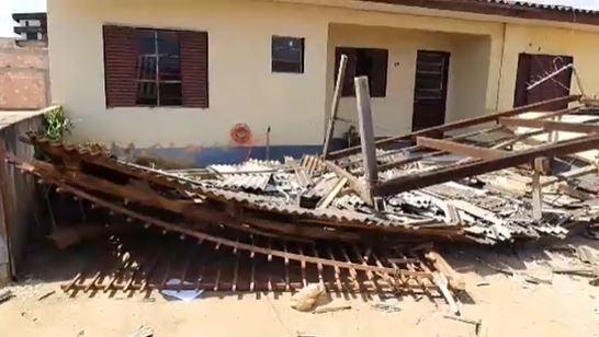 Casas ficam destelhadas após forte rajada de vento em Sorriso; veja fotos 4