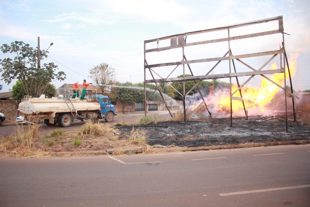 Incêndio atinge pilha de madeiras em terreno baldio e brigadistas combatem chamas 2