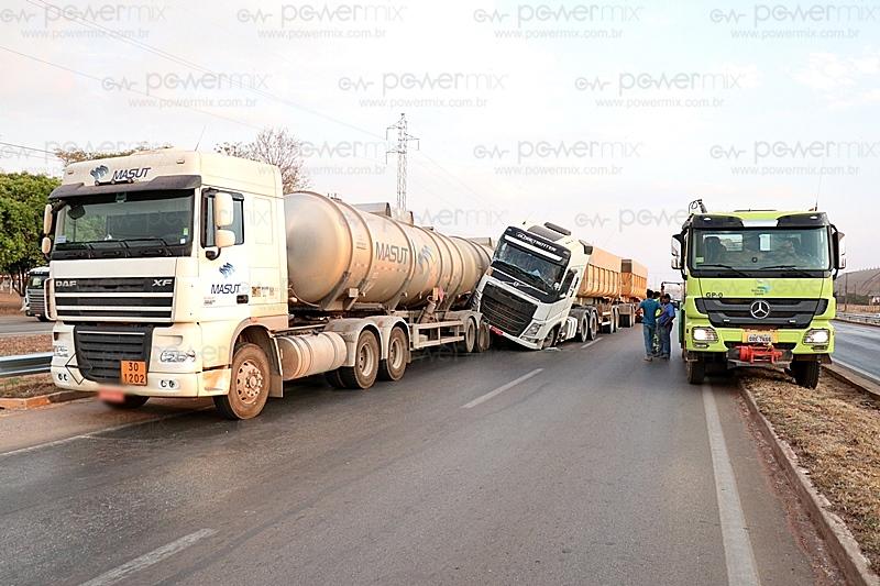 Acidente entre duas carretas e um veículo de passeio na BR-163