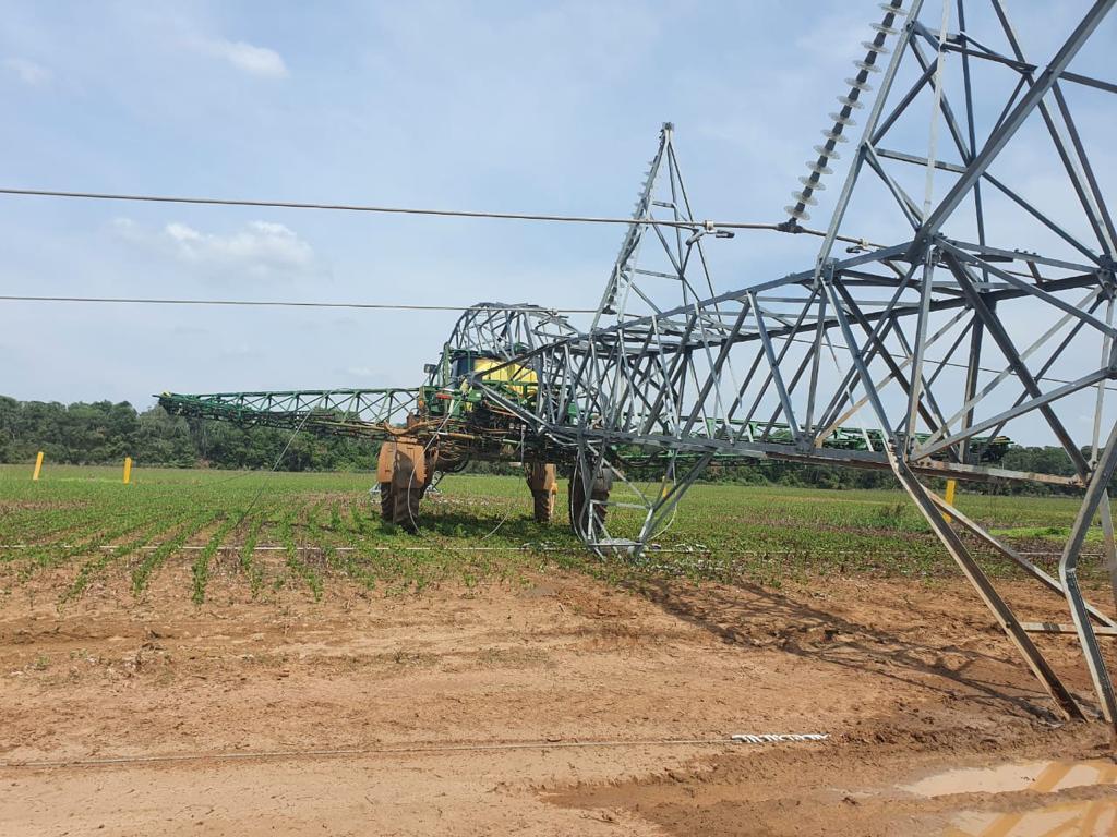 Operador derruba torre de energia elétrica e sai ileso em fazenda