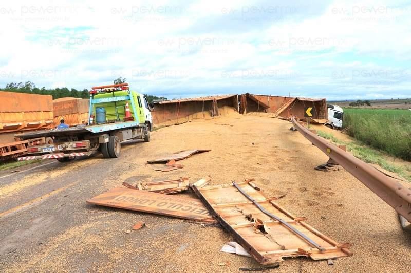 Após carreta carregada de soja tombar, pista fica completamente interditada 8