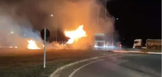 Motorista retira caminhão em chamas e evita explosão em Posto de Gasolina