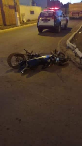 Menino de 12 anos sofre fraturas graves, após pilotar moto e colidir com caminhão da Prefeitura 4