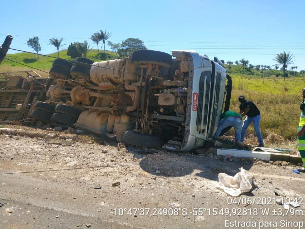 Caminhoneiro morre após acidente na curva da morte 2