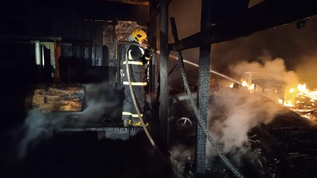 PÂNICO: Fogo destrói madeireira em Sinop 5