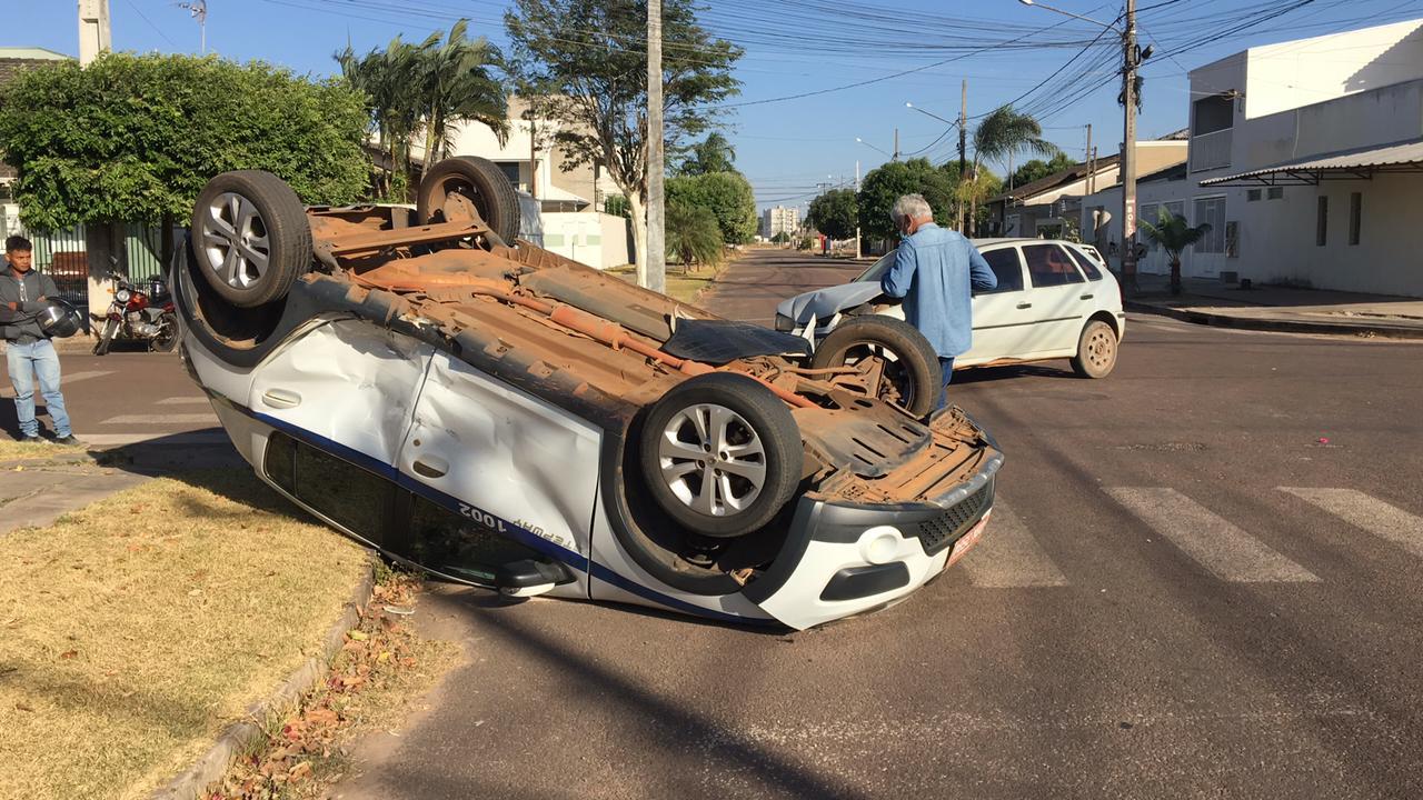 SINOP: Carro capota após colisão